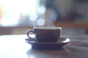 マグカップに水またはお湯を張って自分の近くに置いておくだけでも加湿効果があります。 部屋全体を潤すには少しパワーは足りませんが、とても手軽な方法なので、とにかく加湿したいときのために覚えておくと便利です。