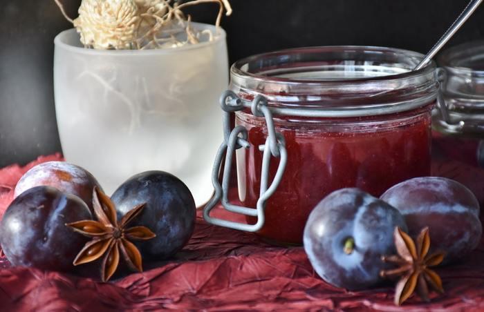 コンフィチュールは、果物を煮るなどして濃縮したものに、砂糖を加えて加熱したもの。水分を抱えて腐敗を遅らせるという砂糖の特性を生かし、果汁や果肉を長期保存するために生み出された調理法です。コンフィチュールという名前は、食材の風味を長く保存するために開発された調理技法「コンフィ(cinfit)」からつけられました。