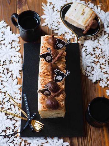 食パンでできているとは到底思えない♪とっても豪華なモンブランケーキのレシピです。スポンジケーキを作る手間も買う手間も省けちゃうお手軽ケーキ。市販の甘栗やマロンペーストを使うので、材料も揃えやすいですよ♪