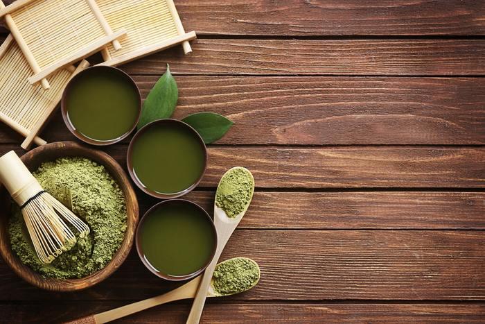 日本人にとって馴染みの深い緑茶や抹茶には、カテキンが含まれているので内側から喉をケアするには、とても適しています。煎茶を粉末にした体に良い粉末緑茶と、旨味の多い碾茶(テンチャ)を粉末にした抹茶を使ったドリンクは、少しの工夫でさらに飲みやすいドリンクとしてアレンジする事ができます。どちらも簡単に作れるので是非チャレンジしてみてください♪