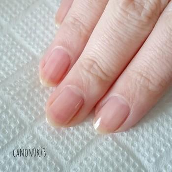 爪にマニキュアを塗りはじめる前にベースコートを塗ることで、爪のダメージを抑えネイルのモチがアップします。 エッジ部分(爪先の外側断面)を塗るのも忘れずに!