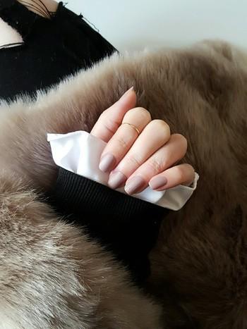 マットタイプのマニキュアやマットコートを重ねれば、大人っぽいマットネイルが手軽に楽しめます。 艶消しのスモーキーカラーは、冬の装いによく似合いますね。