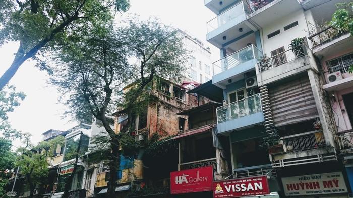 ベトナムのファストフードとして親しまれている「バインミー」は、長さ20センチ程のフランスパンにバターやパテ、ベトナムハム、なます、パクチーなどの具材を入れたエスニックなサンドウィッチです。本場のベトナムでは、駅や街角で持ち歩き用に売られていることが多いです。