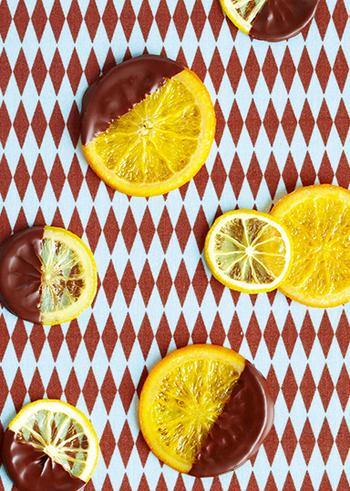 シロップで煮たオレンジとレモンをじっくり丁寧にオーブンで焼いて、チョコレートをコーティングすれば、甘さと酸味が絶妙なバランスの極上さわやかスイーツに♪ダイエット中のお友達などにもおすすめです。