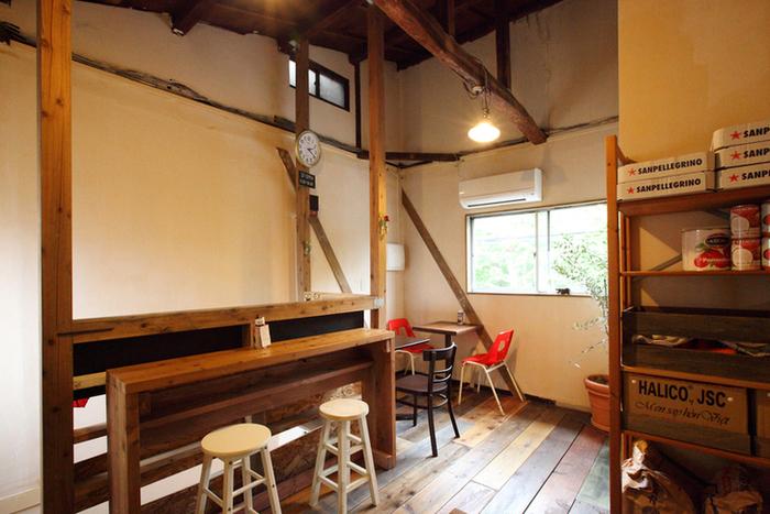 2階には間接照明で灯された屋根裏部屋のような優しい雰囲気のイートインスペースがあります。ベトナムコーヒーと一緒にバインミーを食べながらゆったりとした時間が過ごせますよ。