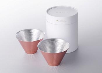 外側のGOLDと内側のSILVERの紅白が縁起が良い銅製ののカップ。こちらも銅という素材のため重くなく、引き出物として楽に持ち運びできる素敵な品です。
