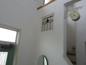 透明に近いステンドグラスは前後に空間があるとよりキレイに見えることも。
