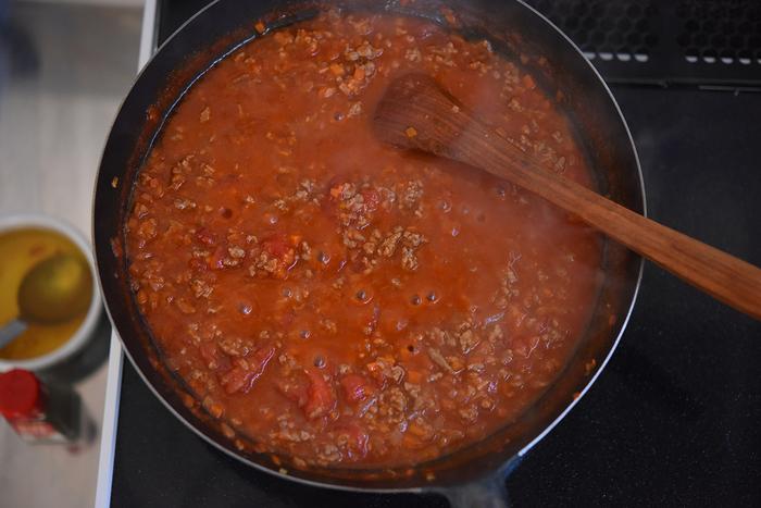 弱火(強め)で10分ほど煮詰めて汁気を飛ばしていきます。調味料は塩と醤油と砂糖。それと、ほんの少しカレー粉をいれると隠し味に。なければ入れなくても大丈夫ですが、肉の臭みを消して、ソースの風味を引き立ててくれる役割があるそう。
