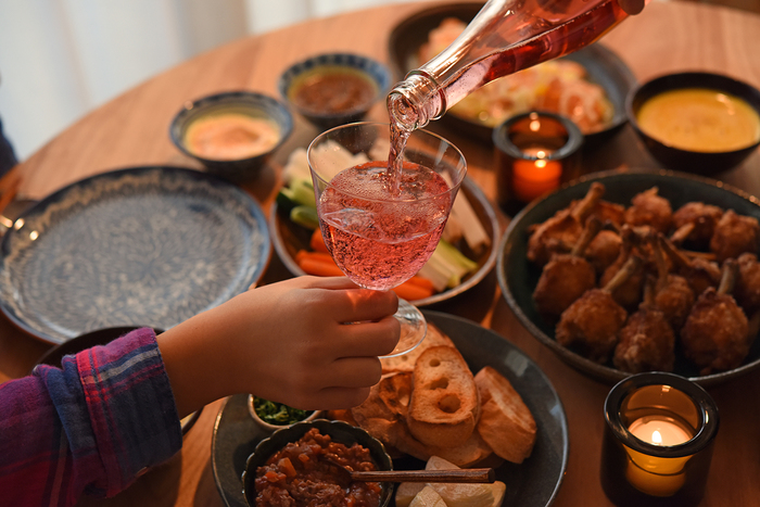 """こどもたちにとってクリスマスディナーの楽しみのひとつ「シャンメリー」。おとなが美味しそうにシャンパンを飲む姿に憧れたものです。では、今日は特別!大人用のグラスに注いであげませんか?注意して持たないといけない""""重み""""も感じてくれるかも。"""