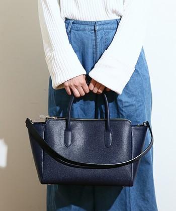 ミニマムで上質なレザーバッグを提供するのは「エポイ」というブランド。日本で染色、加工した日本製アイテムも多数取り扱っています。こちらのイタリア産のカーフレザーを使用した『MyDay(マイディ)』シリーズは、マチも広く収納力抜群。スマホやお財布などの貴重品も安心して収納できるジッパー付きの大きなポケットが両側面についており、機能面も大充実です。