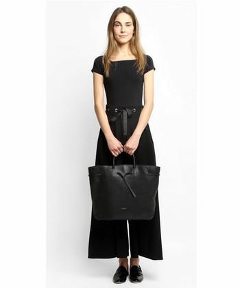 大人の女性にぴったりな『GRAND ARABESQUE(グランドアラベスク)』はシンプルなデザインでありながら女性らしい柔らかなラインのトートバッグ。 オールブラックのコーデに合わせても適度なツヤ感があり重たく見えません。