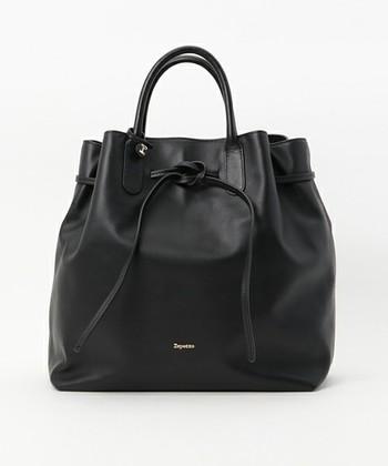 バッグの口を絞ったりレザーの紐をリボン結びにしたり写真のようにノットをつくって結んだりと1つのバッグで色々な表情を楽しめます。柔らかいレザー素材だからこそ出来る優しげなデザインですね。