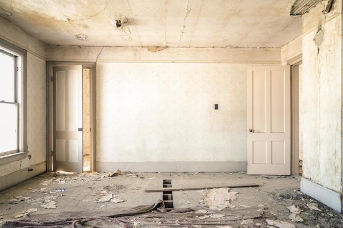 リノベーション(renovation)という言葉には、「革新」や「刷新」といった意味があります。老朽化した設備を新しくするリフォーム(reform)に対し、リノベーションでは元々あるものに手を加え、さらに良い状態にして価値を高めます。間取りを大きく変えて家の雰囲気をがらっと変えることなども、リノベーションに含まれるそうですよ。