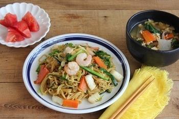 エビやイカ、にんじんなどお野菜たっぷりの焼きそば。さらに大根・人参・小松菜入りかき玉汁やトマトも添えてヘルシーに。