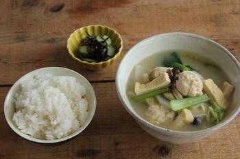 鶏だんご汁とご飯には、塩こんぶきゅうりを添えて。  コスパのよい鶏ひき肉でつくるお団子と、白菜、大根、長ネギ、小松菜、シメジ、油揚げに豆腐まで入ったお肌も喜びそうな献立です。