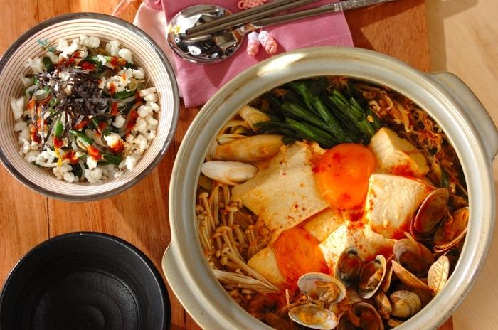 お豆腐やあさり、ネギに、えのきがたっぷりのスンドゥブチゲは、食べると身体が芯からポカポカに。キムチとコチュジャンでの味付けも簡単なので、是非挑戦してみて。