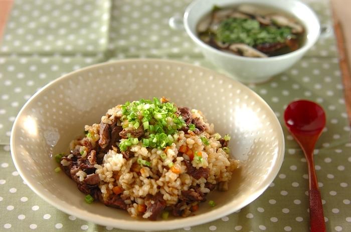 朝食やランチタイムにパパッと作って食べられる、牛ゴボウチャーハンに中華スープの一汁一菜献立。お肉やゴボウ、ネギたっぷりで食物繊維もばっちり摂取。