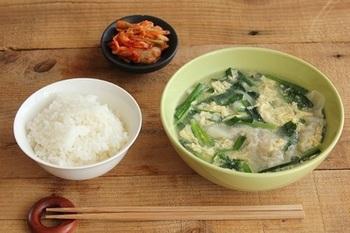いつもの味噌汁に飽きてきたら、餃子スープはいかが?ボリュームたっぷり!ニラと卵も入った、栄養価の高いスープです。