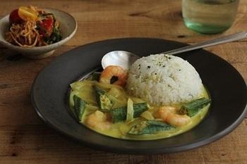 一汁一菜はいいけど、和食に飽きてきた...そんな時はエビのココナツカレーを作ってみては?意外と手軽に作れるアジアンテイストのお料理です。