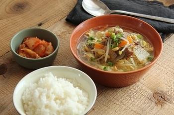 身体が芯から温まりそうな、牛肉と豆もやし、こんにゃくやニンジンも入ったお野菜たっぷりのクッパ風スープ。キムチも添えて、シャキシャキのピリ辛食感を楽しんで。