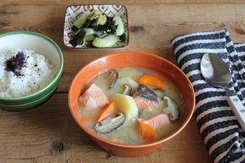 寒い季節にほくほく美味しい、ジャガイモと鮭の味噌汁...ではなくて、味噌バタースープという変わり種。シイタケやニンジンといった野菜がたっぷり摂れて、栄養満点!
