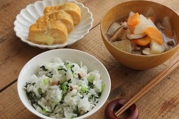 大根やニンジン、シイタケのすまし汁を添えた、しらすの混ぜご飯が美味しそう。小松菜の緑やニンジンの赤、卵の黄色が入って、バランス良く栄養が摂れるだけでなく、見た目にも綺麗な献立です。
