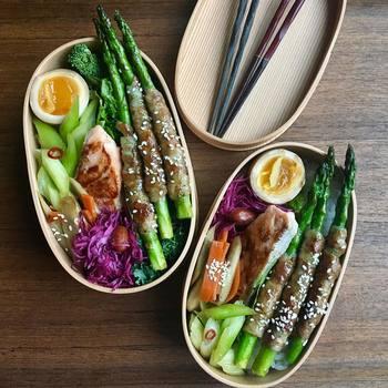 「豚肉とアスパラ」、「ニラと卵」など相性が最高の食材2種で作るお弁当のご提案です。 これさえ覚えておけば、毎日のメニューに悩むこともグッと減りますし、味の相性もお墨付きですので、美味しく作ることができます。  それではまずは黄金コンビのおかずレシピからご紹介します!
