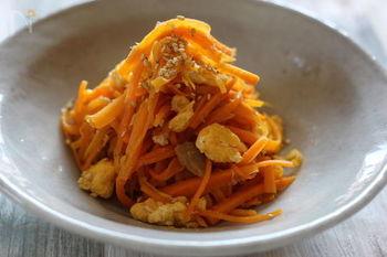 ニンジンとツナのコンビも美味しいのです♪ニンジンにはインフル&風邪予防にも嬉しいベータカロチンが豊富に含まれていますので、常備菜にしたい一品です。
