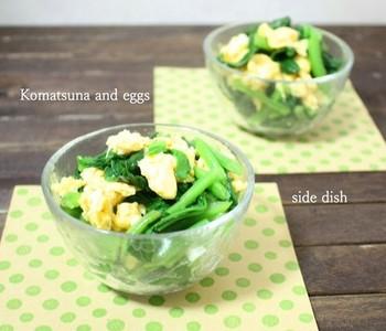 お弁当を美味しく見せてくれる小松菜の緑と卵の黄色を白だしで和えたおかず。小松菜にも風邪予防に役立つビタミンCやカルシウムがたっぷり含まれています。