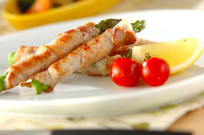 相性抜群の豚とアスパラ。お野菜とお肉が両方摂れる上に、アスパラのグリーンがお弁当を華やかに見せてくれる人気レシピです。