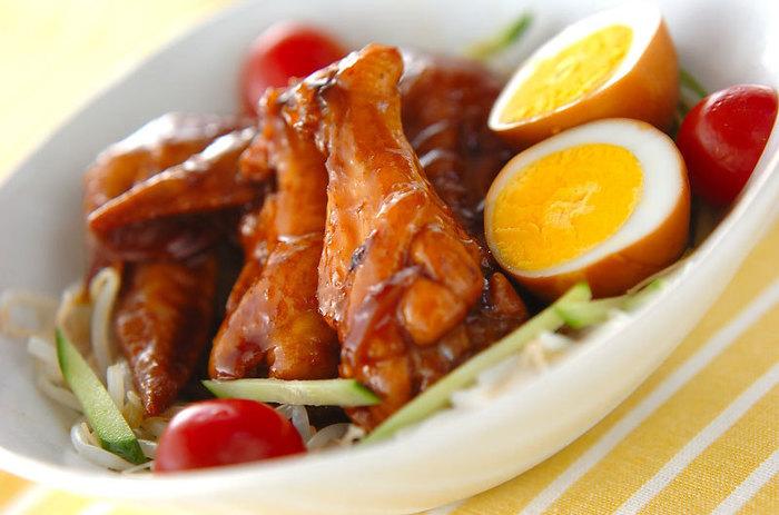 手羽を炒めて茹で卵と煮込むだけの簡単おかず。濃厚な黒酢タレがじんわり滲みこんだ鶏や卵が美味しい一品です。豪華に見えるので夕食にも喜ばれ、朝はお弁当のおかずとして大活躍!
