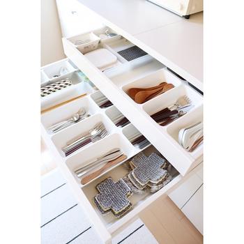 スプーン・フォーク・お箸などは、用途事に並べられる無印良品のポリプロピレン整理ボックス2で整理整頓すると、収納しやすくなるだけではなく、目的の物を探しやすくなりますよ。キッチンの棚に合わせて、収納スペースをカスタマイズしてみましょう。