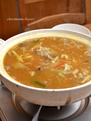 寒い日にぴったりな、カレーうどん鍋です。 シンプルな材料なので、忙しい日の晩ご飯にぴったりですね。残り野菜を入れても美味しそうです。