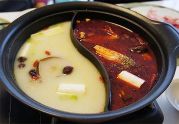 仕切り鍋を手に入れたらチャレンジしてみたいのが薬膳火鍋。 とても難しそうに見えますが、意外とシンプルなレシピです。薬膳料理で身体の内から温まりましょう♪
