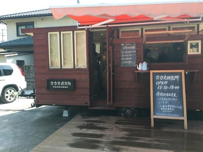 """福岡県内でお菓子製造の工場を経営していた中野富美子氏が、2013年に東京で出会った""""bean to bar""""チョコレートに深い感銘を受け、創業。""""bean to bar""""チョコレート作りへの情熱が高じ、豆の仕入れ先であるベトナムに、苗の栽培や発酵についての研究室まで開いたそうです。"""