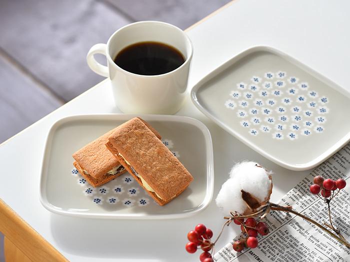 お皿の内面は平らに出来ているので、お菓子を乗せる他にカップを乗せることも可能。小さなクッキーやチョコレートを乗せて、ティータイムのワンプレートを作るのも良さそうです。