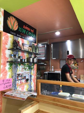 店内はカウンターに4席ほどイートインスペースがあります。ベトナム人オーナーによるこだわりの本場の味をその場ですぐに食べられるのが嬉しいですね。