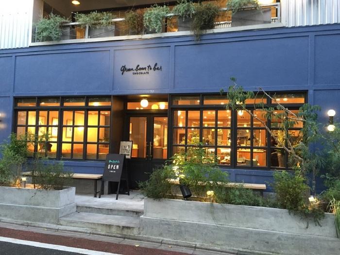 """東横線・中目黒駅から8分ほど。目黒川沿いの桜並木のたもとに2015年にオープン。こちらもファクトリー/ショップ/カフェの三本立て。折に触れて「親子で作る""""オリジナルチョコレートバー」などのワークショップがひらかれています。"""