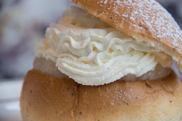 セムラ(semla)は、18世紀にスウェーデンで生まれたお菓子。カルダモン入りの丸パンに、アーモンドのペーストと、たっぷりのバニラ味のホイップクリームがはさまっています。