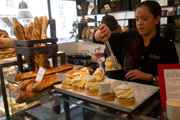 スウェーデンではクリスマス後からイースターまで毎日のように食べられますが、フィンランドのラスキアイスプッラはクリスマスから告解の火曜日まで食べるのが伝統だそう。 この時季になると、スウェーデンやフィンランドでは、人々がセムラを求めてカフェやパン屋さんを渡り歩く姿がみられるようになります。 日本でお正月にお餅を食べたり、節分に恵方巻を食べるのと同じような感覚なのかもしれませんね。