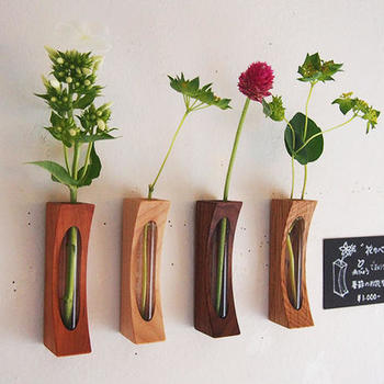 写真の様に一輪ずつ好きな花やグリーンを飾るのも素敵ですね。作家さん手作りの「花カベ」は画鋲を壁に差し、埋め込まれたマグネットで取り付ける仕組みに。複数飾ると可愛さも倍増です♪