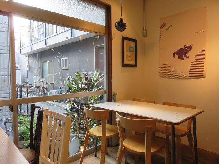 原宿方面は常に人で混雑していますが、「代々木公園駅」「代々木八幡駅」そばは、比較的大人っぽい落ち着いた雰囲気のカフェがいくつもあります。その中の1つ「mimet(ミメ)」は、路地裏にあるまさに大人の隠れ家的カフェビストロ。ナチュラルな内装もステキです。