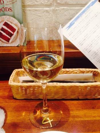 お隣のワインセラーで買ったワインは、カフェで飲むこともできるんです。お手頃価格のワインも多いので、ワインとスイーツで午後のひとときを過ごすのも良さそう。
