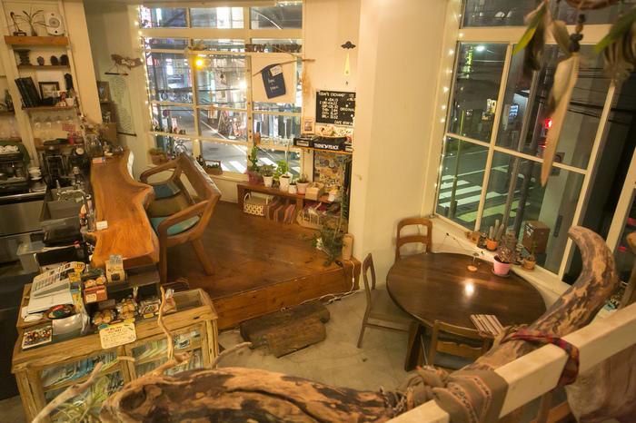 旅好きのオーナーが経営する異国情緒あふれる店内は、大人でもワクワクするような空間が広がっています。世界各国の雑貨が飾られ、一枚板の存在感のあるカウンター席や、窓際のテーブル席も居心地良さそう。