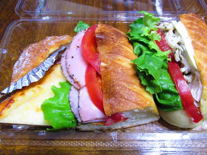 ランチにするならサンドイッチもおすすめ。「ザクロスペシャルセット」は、ハーフサイズのフランスパンのサンドイッチが2種類とハーフサイズのクロックムッシュとキッシュなどが入っています。女性ならこれだけでもおなかいっぱいになりそう。売り切れてしまうこともある人気メニューなので、早めに訪れるのがおすすめです。
