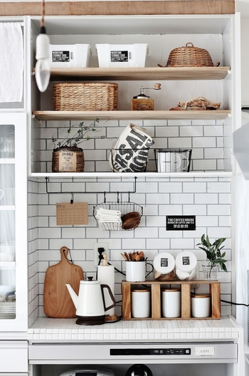 防災を意識したグリーンポットですが、デザイン性があり、ナチュラルな雰囲気のキッチンに馴染んでいますね!  陶器などの鉢を置くには不安があるけれどプラスティック鉢だと味気ない…という場合は、インテリアに合わせて自作してみるのもいいですね。