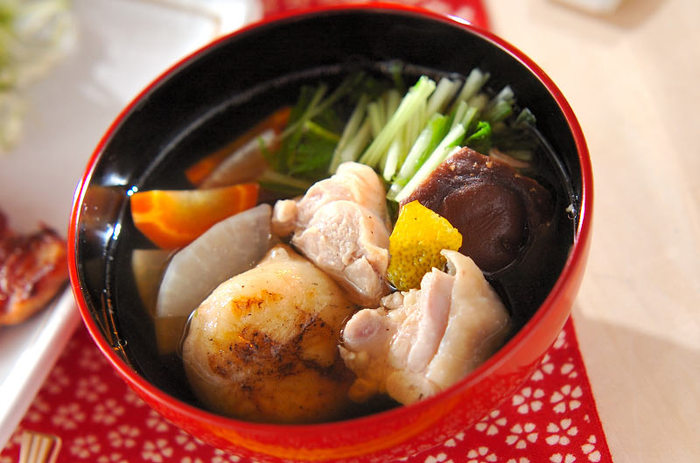 こちらはぷるんとした鶏肉の入った関東風のお雑煮です。鶏の下ごしらえをきちんとしてあげると、美しいすまし汁になりますよ。