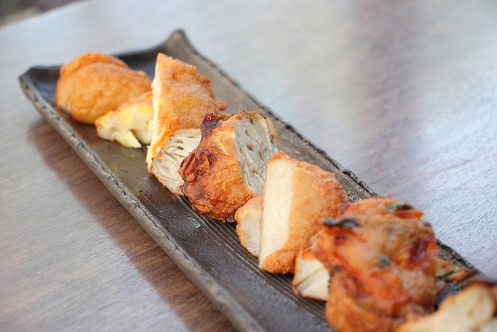 他にも鹿児島県鹿屋市の郷土料理、さつま揚げや黒豚、薩摩地鶏、カンパチなど、美味しい物がいっぱいで迷ってしまいそう。こちらは人気メニューの「3種類のつけあげ盛り合わせ」。錦江湾でとれた小魚を1匹ずつ丁寧にすり身にして揚げたつけあげは、素材ごとに違う味や食感が楽しめます。