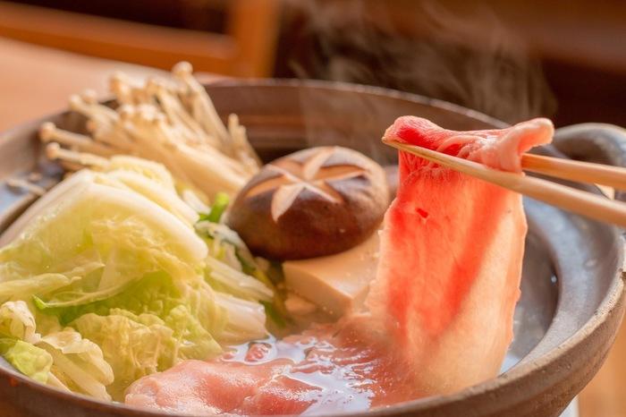 こたつでの宴会には鍋がよく合います。居心地の良さと美味しい料理とお酒でつい飲み過ぎたり食べ過ぎたりしないように注意が必要かも。
