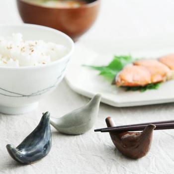 益子町で活動されている作家【大塚菜緒子さん】の可愛らしい鳥の箸置き。手びねりでひとつひとつ丁寧に作られる温もりたっぷりの箸置きです。こっくり艶やかな色合いは、味わいがあってとても素敵。